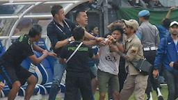 Đội nhà thua nhục, CĐV Indonesia lao xuống đấm vỡ mặt HLV