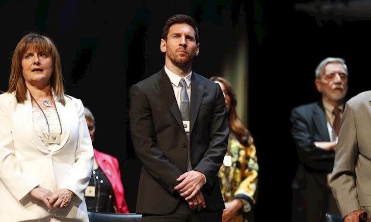Gánh team cật lực, Messi chính thức có giải thưởng đầu tiên