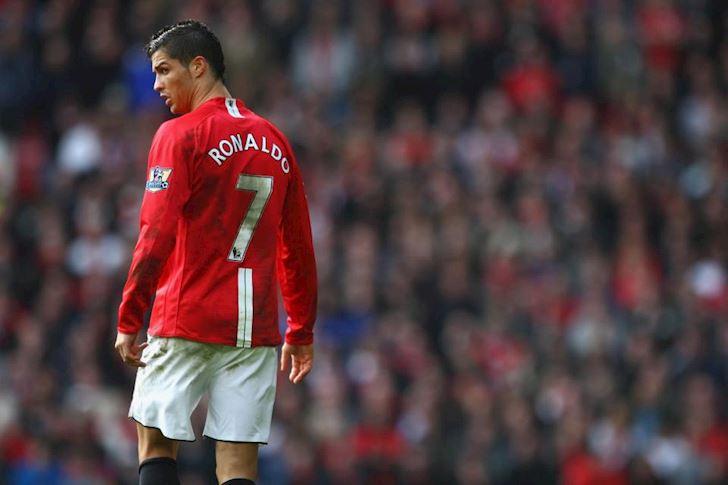"""Ronaldo ra đi, áo số 7 đã """"hại"""" MU thế nào?"""