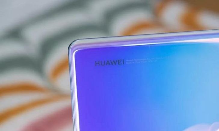 Người dùng tố Huawei làm việc khó ưa giữa lúc nước sôi lửa bỏng