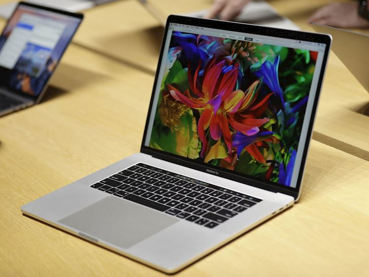 MacBook Pro bi cam mang len may bay vi kha nang pin gay chay no 2