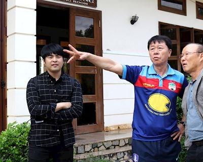 HLV Chung Hae-seong có ghen tị đồng hương Park Hang-seo?