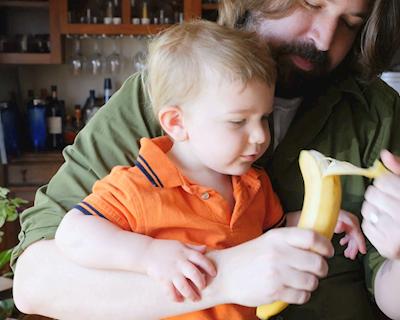 Làm bố thông thái bằng cách cho con ăn chuối khi chơi thể thao