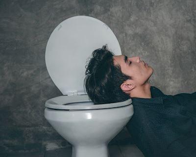 Khoa học chứng minh: Đàn ông dành 7 tiếng/năm trốn trong toilet để làm chuyện này