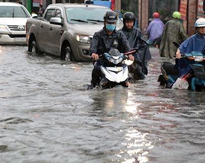 Buộc phải chạy qua đường ngập nước, chạy làm sao cho an toàn? - Xe côn tay #24