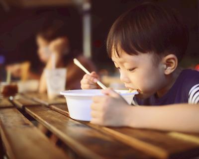 Lợi ích không ngờ của việc cho trẻ ăn tối lúc 4 giờ chiều.
