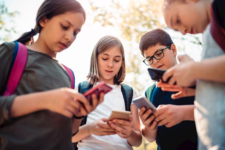 Hậu quả khó lường khi để trẻ dành quá nhiều thời gian cho điện thoại