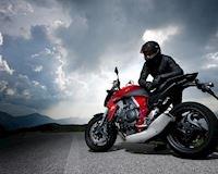 Đàn ông có thể yêu xe mô tô hơn yêu phái đẹp?