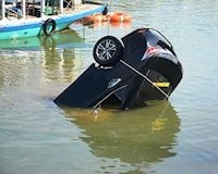 Vì sao các nạn nhân thường khó sống sót khi xe hơi rơi xuống nước?