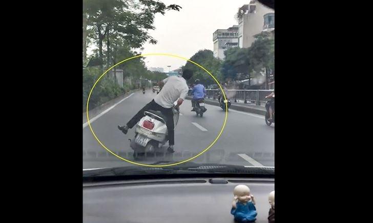 Thanh niên chạy xe máy đánh võng rồi tự ngã lăn ra đường – Đằng sau vô lăng #13