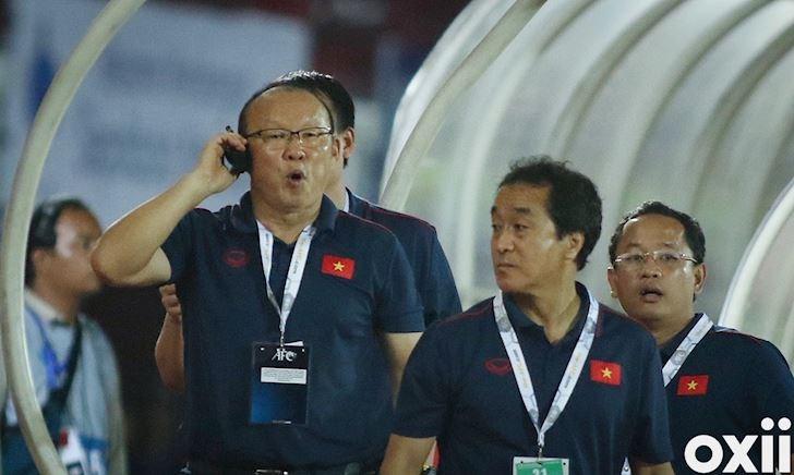 HLV Park Hang-seo dùng bộ đàm, không quên cà khịa đối thủ