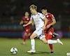 Video clip: Văn Toàn quá nhanh khiến trung vệ tuyển Việt Nam phạm lỗi trong vòng cấm