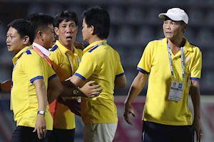 Video clip: HLV Nam Định lao vào sân ăn mừng suất trụ hạng
