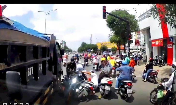 Dừng đèn đỏ, nhiều xe máy bị xe ben từ sau ủi ngã – Đằng sau vô lăng #17