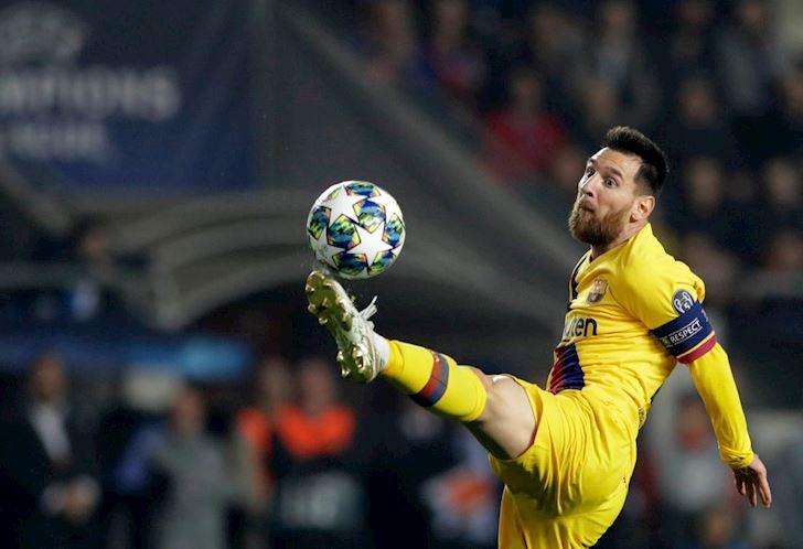 Messi-pha-ki-luc-den-ca-Ronaldo-cung-bo-tay-anh-2