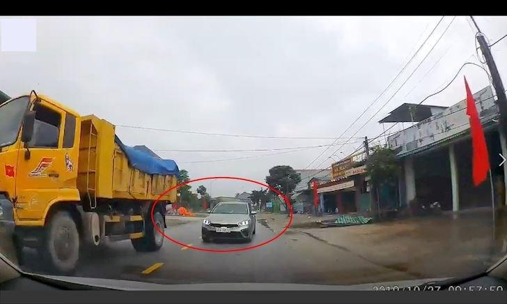 Vượt ẩu lấn làn còn chặn đầu thách thức xe ngược chiều – Đằng sau vô lăng #19