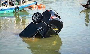 Ô tô lao xuống nước: Vì sao thường khó sống sót?