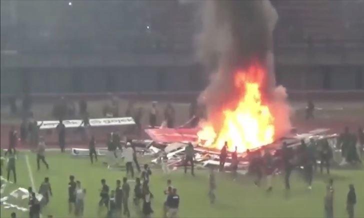 Video clip: CĐV Indonesia đốt sân vận động sau trận thua thảm của đội nhà