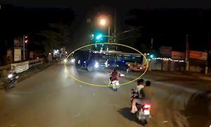 Phản xạ xuất thần của người đi xe máy để né xe ben ầm ầm lao tới – Đằng sau vô lăng #10