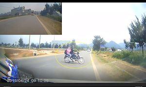 Xe máy quay đầu ẩu ngay trước đầu xe hơi - Đằng sau vô lăng #12