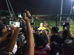Video clip: Tuyển Malaysia bị phóng viên Việt Nam bao vây kín sân tập