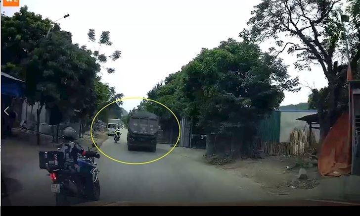 Đoàn motor vượt ngay cua khuất suýt đấu đầu xe tải – Đằng sau vô lăng #22
