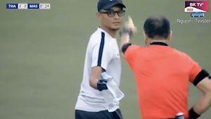 Video clip - HY HỮU: Trọng tài rút thẻ vàng bác sĩ Malaysia vì cố tình câu giờ