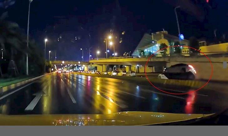 Người lái ngủ gật, ô tô cất cánh vì chạy lên dãy phân cách – Đằng sau vô lăng #26