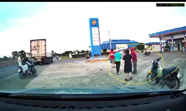Xe hơi rẽ vào cây xăng bất cẩn làm xe máy ngã nhào – Đằng sau vô lăng #27