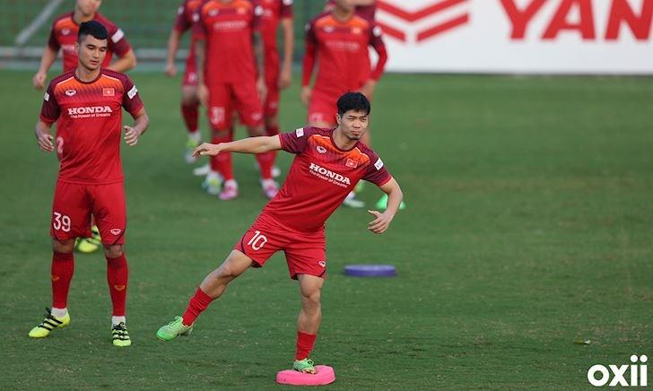 Video clip: Công Phượng tập giữ thăng bằng trước trận đấu Thái Lan