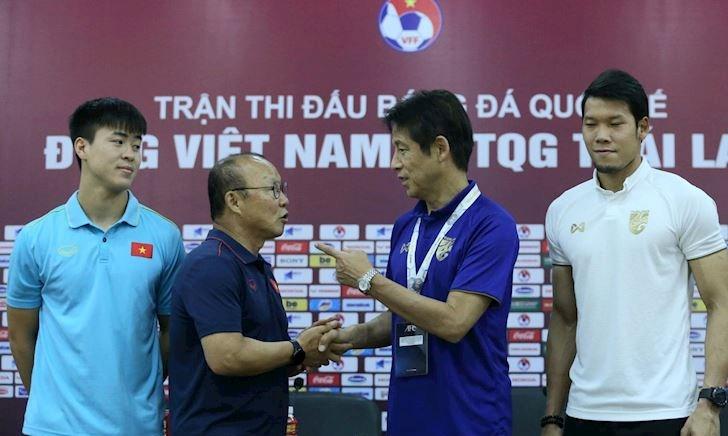 Video clip: HLV trưởng Thái Lan 'bị sượng' khi gặp thầy Park