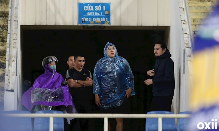 Nghi phóng viên Thái, nhóm người lạ bị thầy Park mời ra khỏi sân