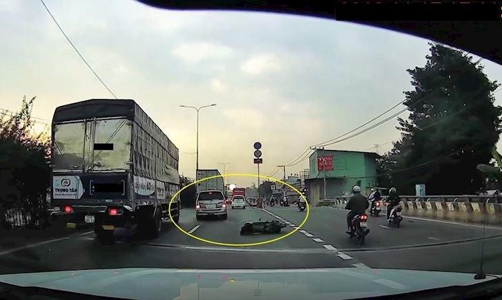 Pha xử lý xuất thần né xe máy ngã ra đường của xe hơi – Đằng sau vô lăng #28