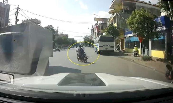 Thanh niên chạy xe máy phóng nhanh vượt ẩu và pha xử lý quá kém – Đằng sau vô lăng #23