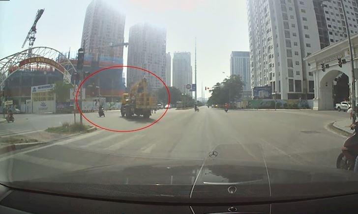 Xe máy và xe tải cùng vượt đèn đỏ rồi xảy ra va chạm - Đằng sau vô lăng #24