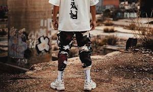 Street style mặc gì khi đang mang sneaker trắng cho ngầu?
