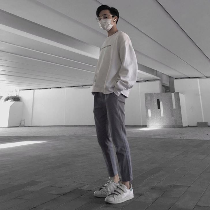 Street style mac gi khi dang mang sneaker trang cho ngau
