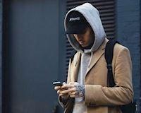 Hướng dẫn cách mặc áo thun có nón sao cho chuẩn dành cho nam giới
