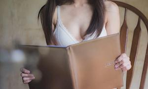 """Bị phát hiện lén nhìn ngực gái xinh, làm gì cho """"ngầu""""?"""
