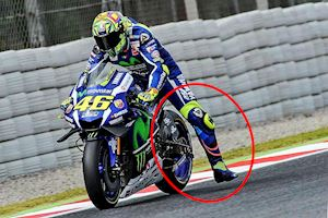 Tại sao các tay đua MotoGP phải vẫy chân ra trước khi vào cua?