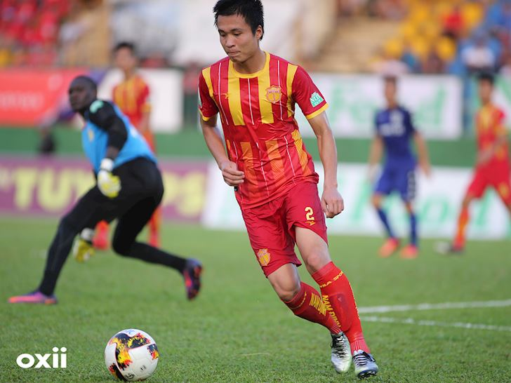 Dinh Viet Tu trong mau ao Nam Dinh o V.League 2018.