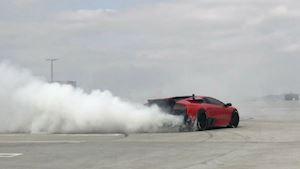 Siêu xe Lamborghini và Ferrari so tài drift xe kịch tính