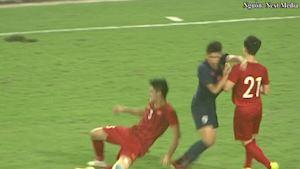 CLIP: Tiền đạo U23 Thái Lan nhận thẻ đỏ vì đấm Đình Trọng