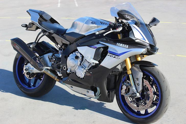 Yamaha-R1M-va-BMW-S1000RR-tranh-tai-tren-duong-cao-toc