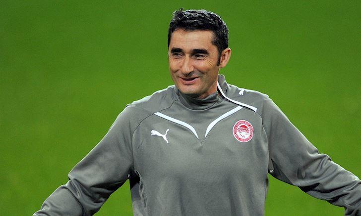 HLV Ernesto Valverde tung 2 lan dan dat Olympiakos.