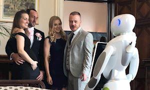 Chuyện thật như đùa: Thuê robot chụp ảnh cưới