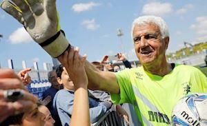 Thủ môn 73 tuổi vẫn thi đấu chuyên nghiệp, đi vào lịch sử bóng đá thế giới