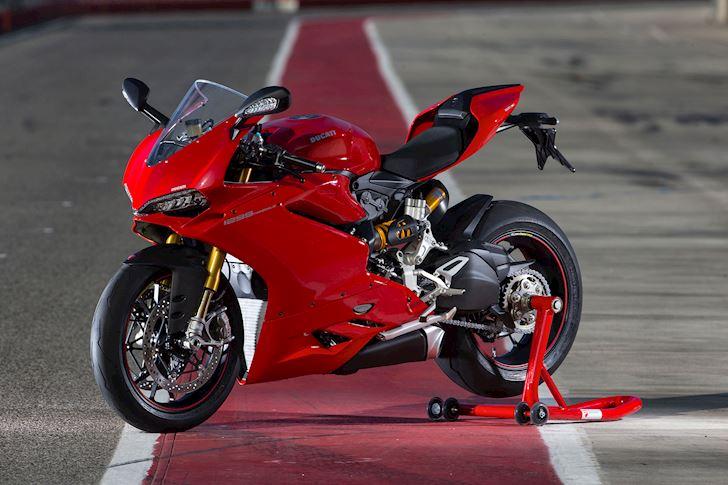 Ducati 1299 Panigale ngửi khói Suzuki Hayabusa