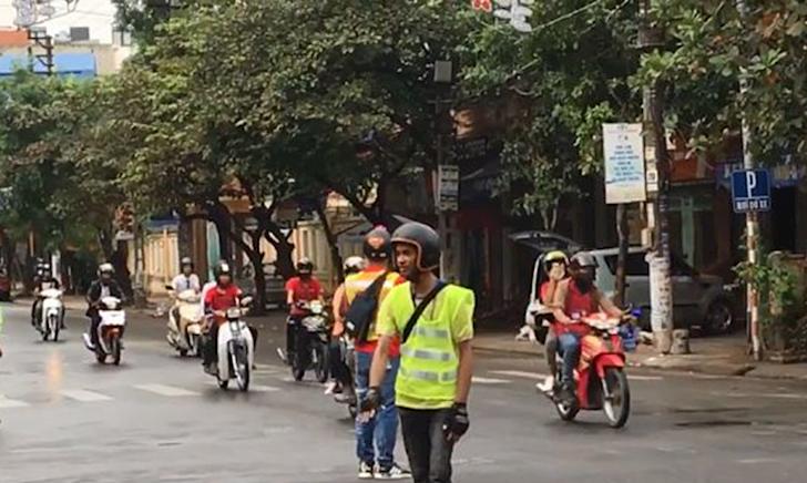 Phượt thủ đi tour ngang nhiên cướp đường chạy như xe VIP