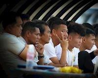 Chùm ảnh: Những người đàn ông suy tư bên lề sân Gò Đậu, Bình Dương